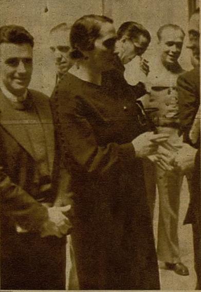 Los diputados comunistas José Díaz y Dolores Ibarruri a la salida del Congreso de los Diputados en 1936. Foto / Marina, Diario Ahora.